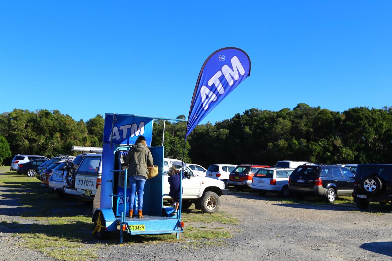 オーストラリア、バイロンベイの移動型ATM