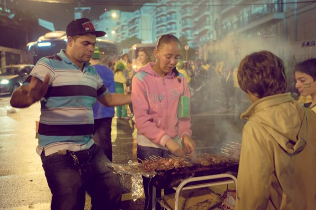 スタジアム外で売られた串焼き肉 5レアル