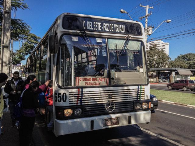 国境を超えるローカルバスこれはパラグアイとブラジルを結ぶバス