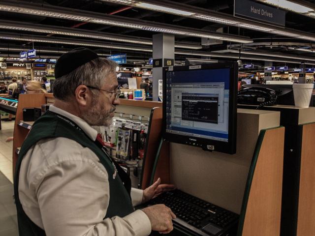 B&H 商品を頼むと端末で情報を打ち込みます