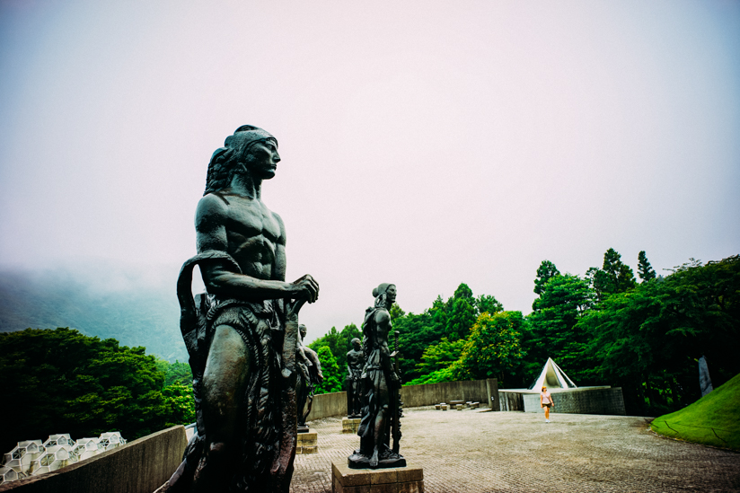 山を背景にした彫刻たち