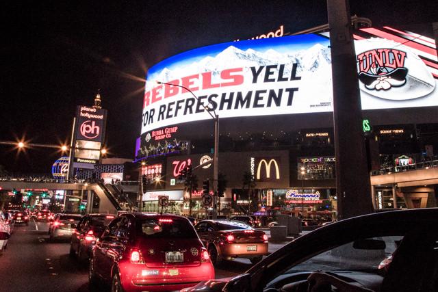巨大な曲面ディスプレイ広告