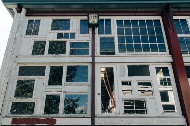 面白い窓を使った壁