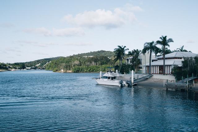 ボートが停泊している高級そうな住宅