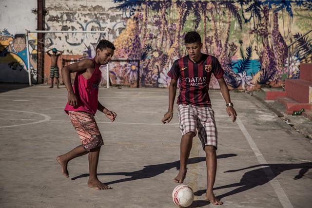 ブラジル、リオデジャネイロのファベーラでサッカーをする少年たち