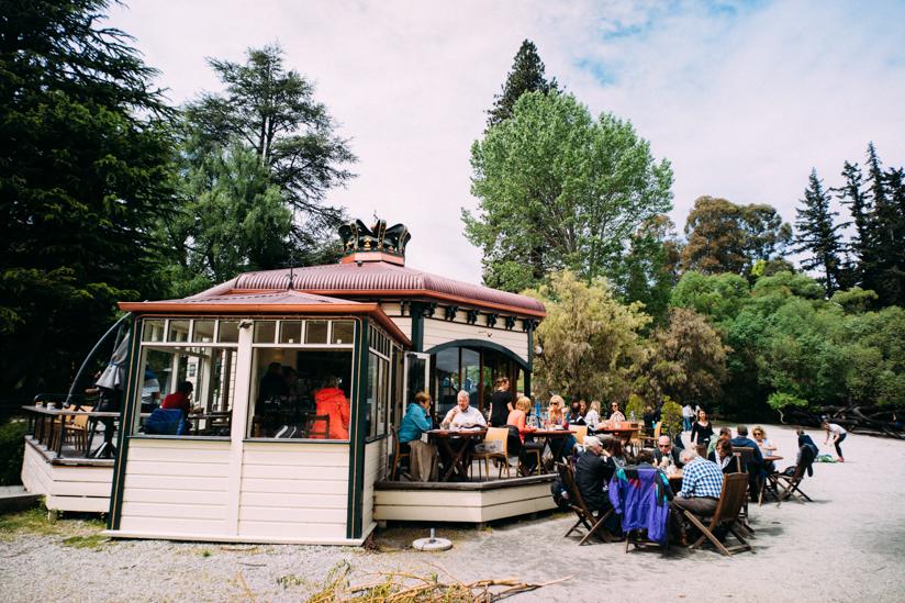湖畔のカフェで寛ぐ人びち