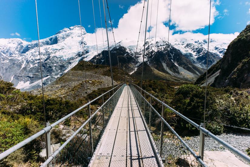 2つの大きな吊橋を越えていきます