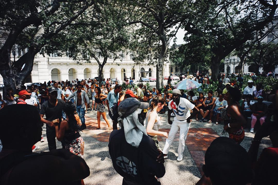 広場でダンス