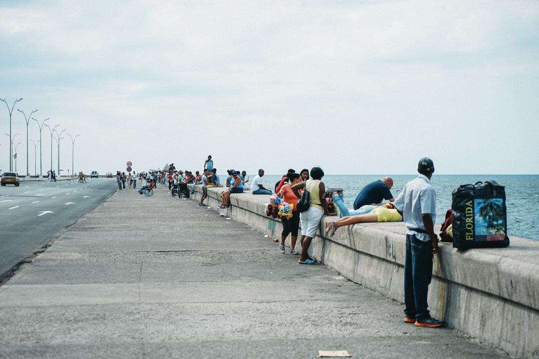海岸でくつろぐ人々