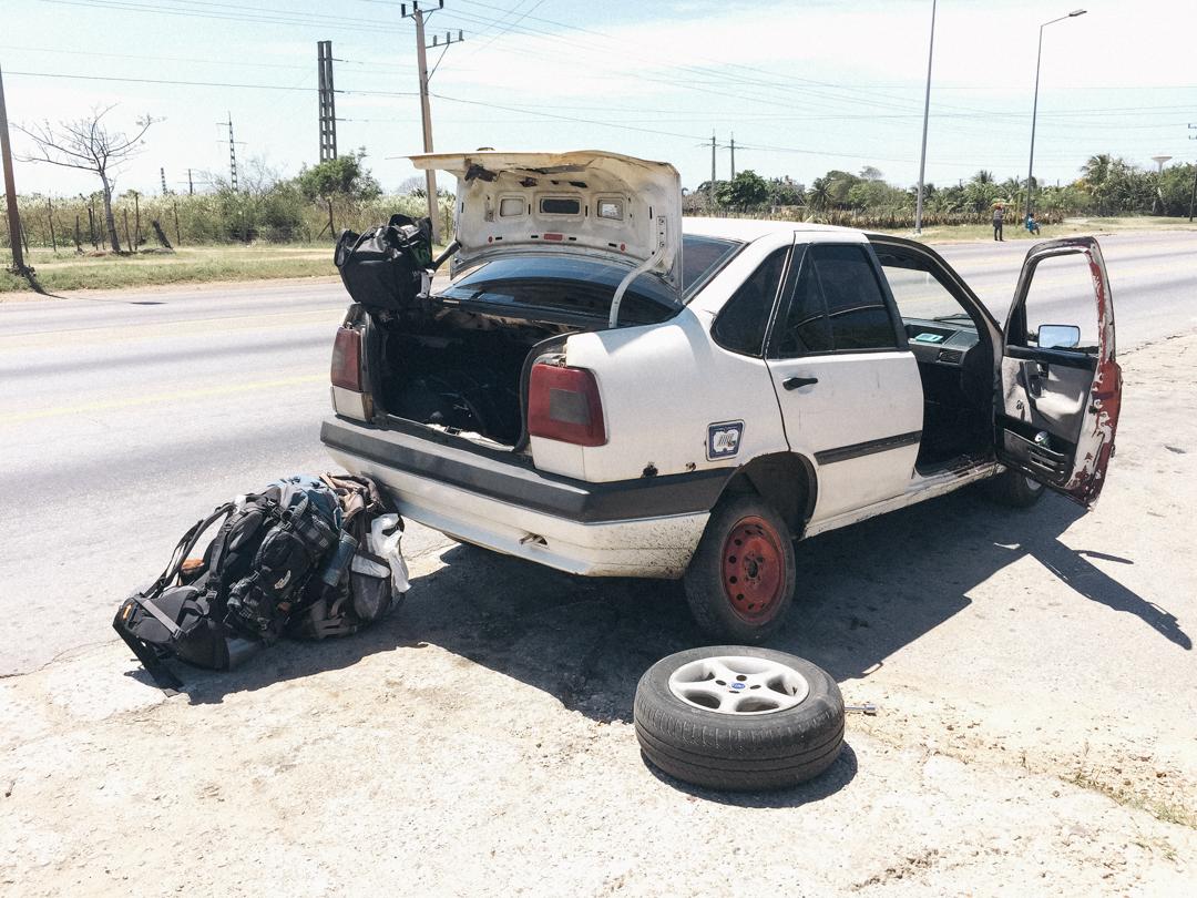 トリニダーまでの道中タクシーが警察に何故かタイヤを交換するように命じられる。。。