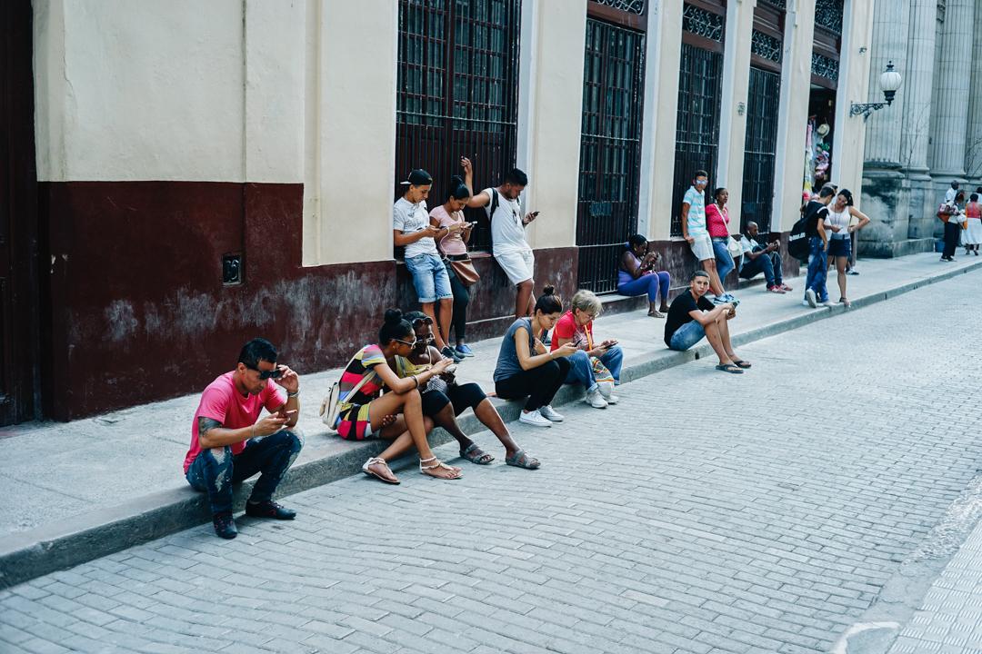 路上に座り込んでネットをする人も多い