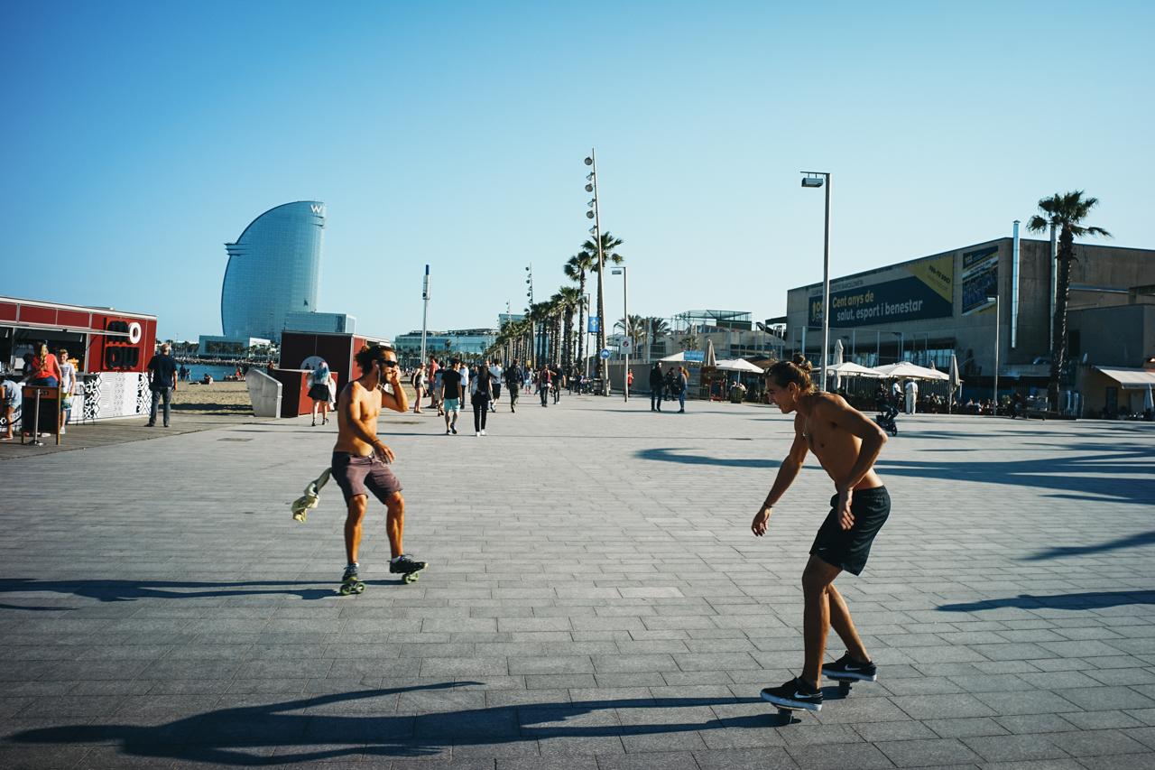 片足ずつ小さなスケートボード(ローラースケートみたいに足に固定はされていない!)をつけて滑る人たち