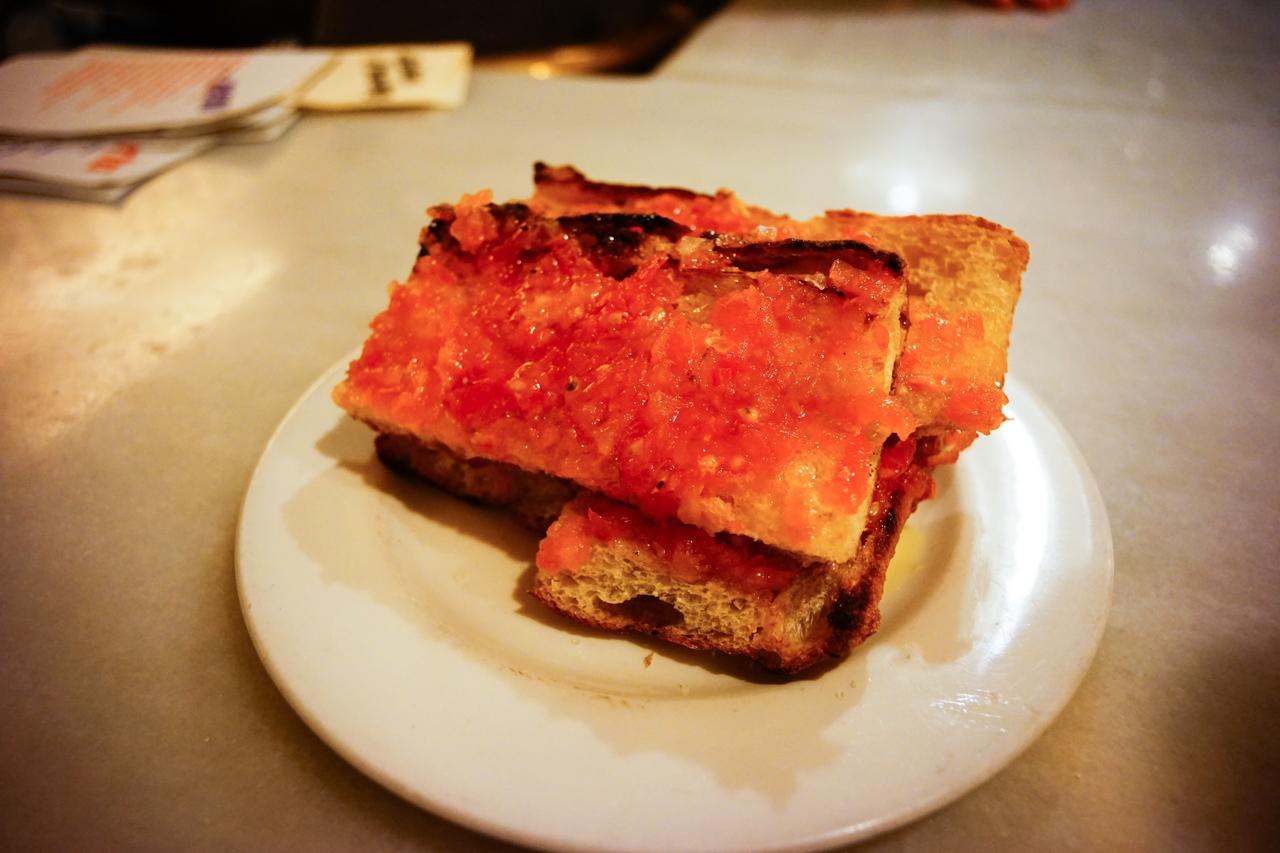 スペインでは定番の焼いたバケットにトマトを塗ったもの