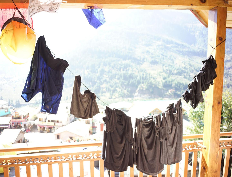 ゴム紐で洗濯物を干している時