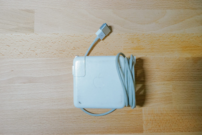 古いMacbook '13の電源アダプター