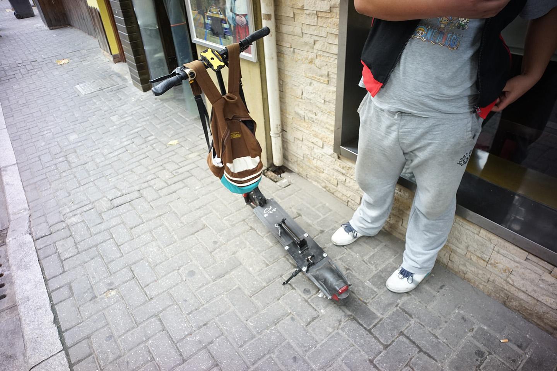 上海で町中の人が乗っているキックボード型