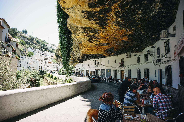 岩の下に家があるセテニル