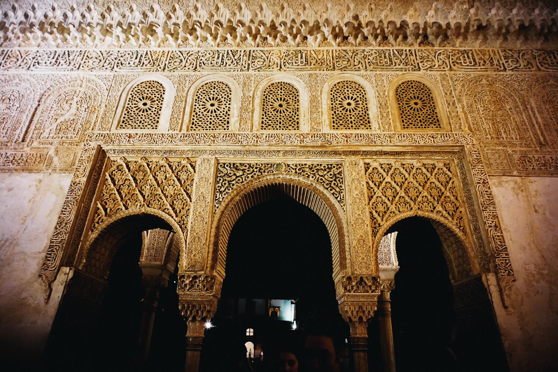 柱や壁には本当に細かい彫刻が施されている