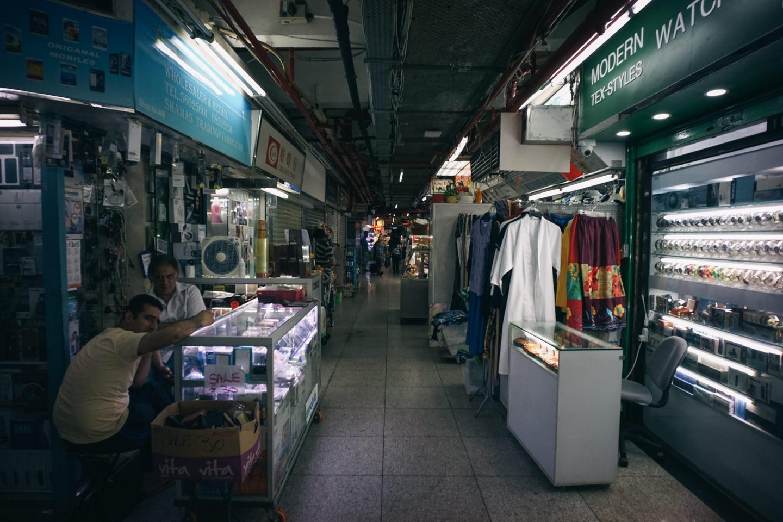 重慶大厦1階の売店が並ぶ場所