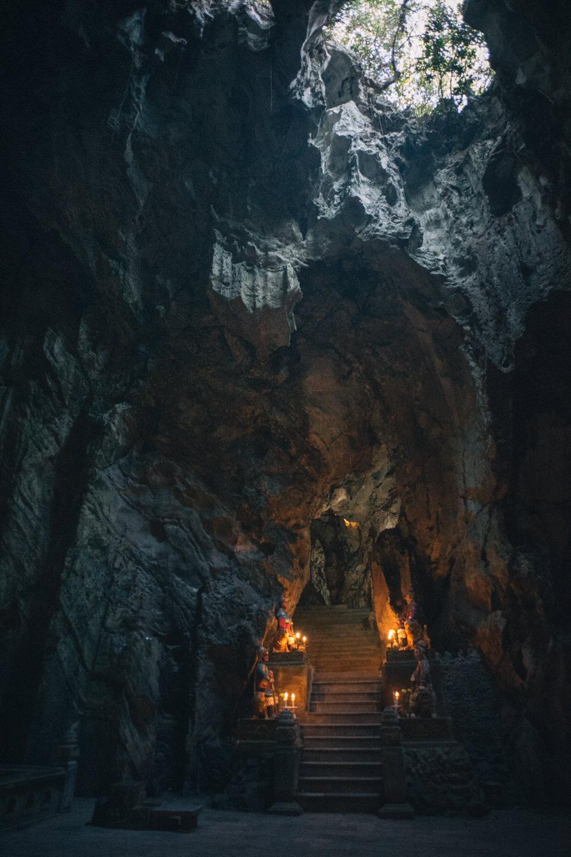 天井が高い洞窟の様子