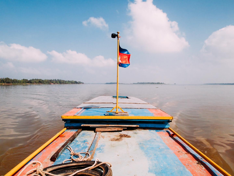 ボートで国境越えはあまり出来ない体験